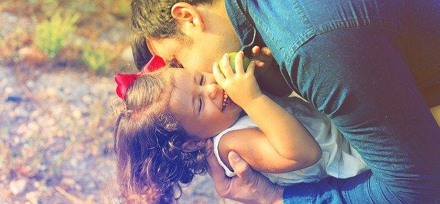 copil impreuna cu tatal aflat in concediu