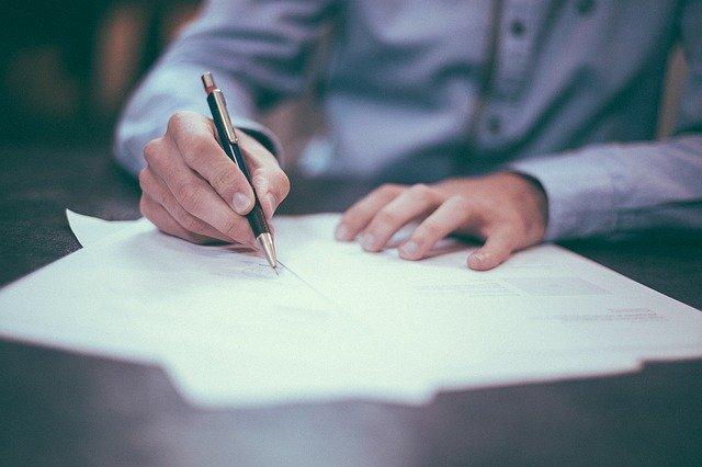 barbat care scrie cu pixul declaratie prrivind beneficiarul real 2020