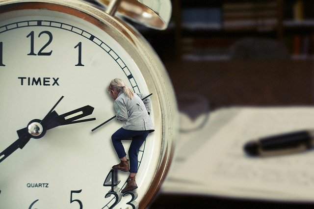 ceas in interiorul caruia este o femeie.
